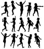 Fije a las muchachas felices de las siluetas que saltan y que corren Imagenes de archivo