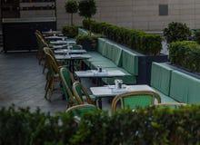 Fije las tablas fuera de los clientes que esperan del restaurante para, c verde Imagen de archivo libre de regalías