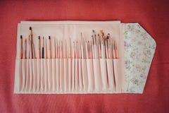 fije los cepillos del arte del clavo en fondo Foto de archivo