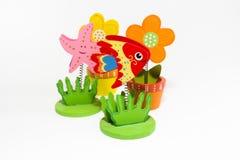 Fije los clips coloreados con pescados rojos y una estrella de mar rosada Imagen de archivo libre de regalías