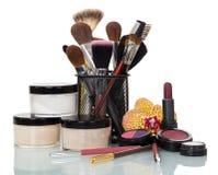 Fije los cosméticos y los cepillos del profesional para el maquillaje aislados en blanco Imagen de archivo libre de regalías