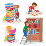 Fije los iconos de los pequeños niños que leen un libro Foto de archivo libre de regalías
