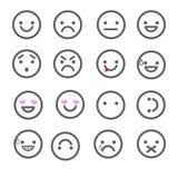 Fije los iconos sonrientes para los usos y la charla Emoticons con diversas emociones aislados en el fondo blanco Foto de archivo