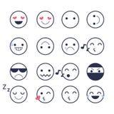 Fije los iconos sonrientes para los usos y la charla Emoticons con diversas emociones aislados en el fondo blanco Fotografía de archivo