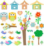 Fije los pájaros con los birdhouses, los buhos, los árboles y las flores Imágenes de archivo libres de regalías