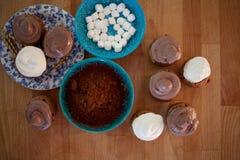 Fije para cocinar, cocinando las magdalenas, los molletes y una placa de los ingredientes para la decoración en la tabla fotos de archivo libres de regalías