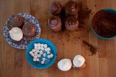Fije para cocinar, cocinando las magdalenas, los molletes y una placa de los ingredientes para la decoración en la tabla imagen de archivo libre de regalías