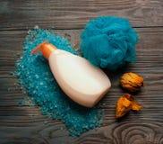 Fije para el BALNEARIO Sal del mar, jabón, esponja en fondo de madera Concepto del balneario Foto de archivo libre de regalías