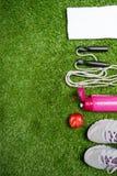 Fije para el deporte en la naturaleza, concepto en el fondo verde de la hierba Imágenes de archivo libres de regalías