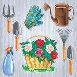 Fije para el jardinero y la cesta de rosas Foto de archivo libre de regalías