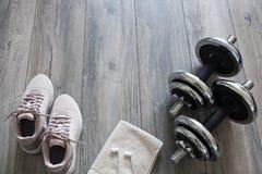 Fije para entrenar: pesas de gimnasia, zapatillas de deporte, auriculares Foto de archivo libre de regalías