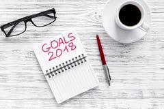 Fije una meta por el Año Nuevo 2018 Cuaderno cerca de la pluma, de los vidrios y de la taza de café en la opinión superior del fo Fotografía de archivo
