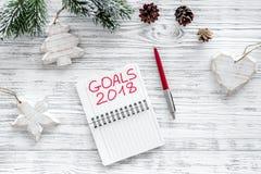Fije una meta por el Año Nuevo 2018 Cuaderno cerca de la pluma en la opinión superior del fondo de madera gris Imágenes de archivo libres de regalías
