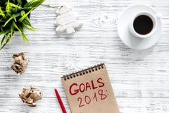Fije una meta por el Año Nuevo 2018 Cuaderno cerca de la pluma y taza de café en copyspace de madera gris de la opinión superior  Fotografía de archivo