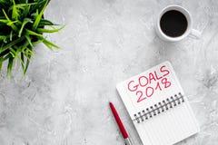 Fije una meta por el Año Nuevo 2018 Cuaderno cerca de la pluma y taza de café en copyspace de piedra gris de la opinión superior  Fotos de archivo libres de regalías