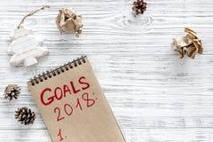 Fije una meta por el Año Nuevo 2018 Cuaderno en copyspace de madera gris de la opinión superior del fondo Fotografía de archivo