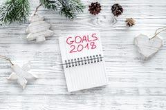Fije una meta por el Año Nuevo 2018 Cuaderno en la opinión superior del fondo de madera gris Imagenes de archivo