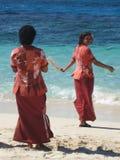 Fijianfrauen, die Touristen mit Kornen begrüßen Lizenzfreie Stockfotografie