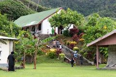 Fijians som går upp trappa för att kyrktaga i by royaltyfri foto
