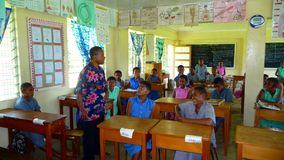 Fijianschulekategorie mit Lehrer Lizenzfreie Stockbilder