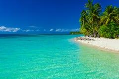 Fijiansk ö med den sandiga stranden och klart lagunvatten royaltyfri foto