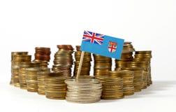 Fijiansk flagga med bunten av pengarmynt arkivbild