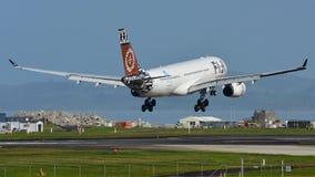 Fijiansk landning för flygbolagflygbuss A330 på Auckland den internationella flygplatsen Arkivfoto