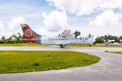 Fijianskt flygplan för sammanlänkningsATR som 42-600 avgår från den Tuvalu flygplatsen, Oceanien royaltyfria foton