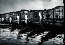 Fijn kunstbeeld van gondels in Venetië, Italië stock fotografie