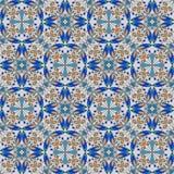 Fijn oosters kleurrijk tapijt of ceramisch ornament in oranje en blauwe kleuren met witte krommen op zwarte achtergrond Royalty-vrije Stock Afbeeldingen