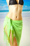 Fijn vrouwelijk lichaam in bikini op strand Royalty-vrije Stock Afbeeldingen