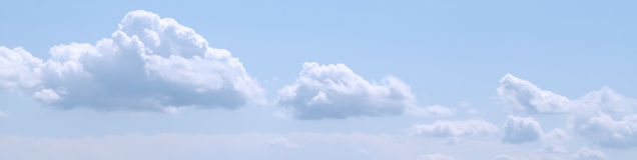 Fijn weer, blauwe hemel met witte zonsondergang clouds Royalty-vrije Stock Afbeelding