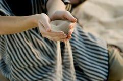 Fijn zand dat door handen lekt - de woestijn van de Sahara Royalty-vrije Stock Foto's
