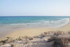 Fijn zandig strand dicht bij Costa Calma Royalty-vrije Stock Foto