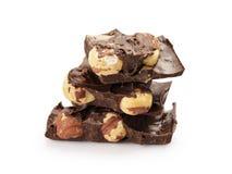 Fijne donkere chocolade met geïsoleerde hazelnoten Royalty-vrije Stock Foto