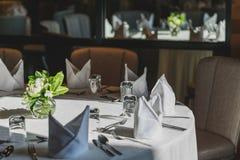 Fijne lijst die in een luxueus restaurant in hotel plaatsen stock foto's