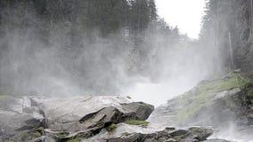 Fijne mist bij waterval stock footage
