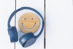 Fijne muziek voor perfecte stemming De draadloze hoofdtelefoons van blauwe kleur liggen op een witte achtergrond Geen mensen stock afbeelding