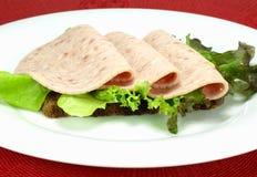 Fijne vleeswaren op bruin brood Stock Afbeelding