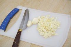 Fijngehakte en Gepelde kruidnagel van knoflook Royalty-vrije Stock Afbeelding