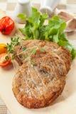 Fijngehakte koteletten met paddestoelen Stock Foto's