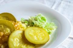 Fijngestampte aardappels, de plakken van het jus polytoe vlees van gebraden vlees Salade van Chinese kool Stock Foto's