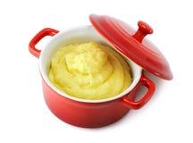 Fijngestampte aardappels in pan met een dekking Stock Afbeeldingen