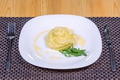 Fijngestampte aardappels met kruiden op witte plaat Royalty-vrije Stock Afbeelding