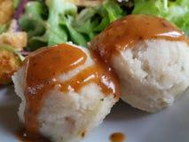 Fijngestampte die aardappels met jus worden bedekt Royalty-vrije Stock Afbeelding