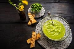 Fijngestampte groene die erwten, door een fijne zeef worden gewreven royalty-vrije stock foto