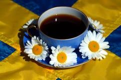 Fika o caff? svedese con la bandiera svedese immagine stock libera da diritti