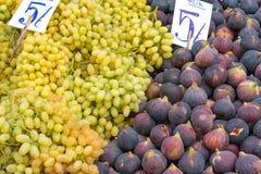 Fikonträd och druvor på en marknad Arkivfoto