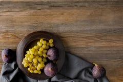 fikonträd och druvor på plattan royaltyfria bilder