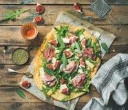 Fikonträd-, prosciutto-, arugula- och vis mantunnbrödpizza med rosa vin Arkivbild